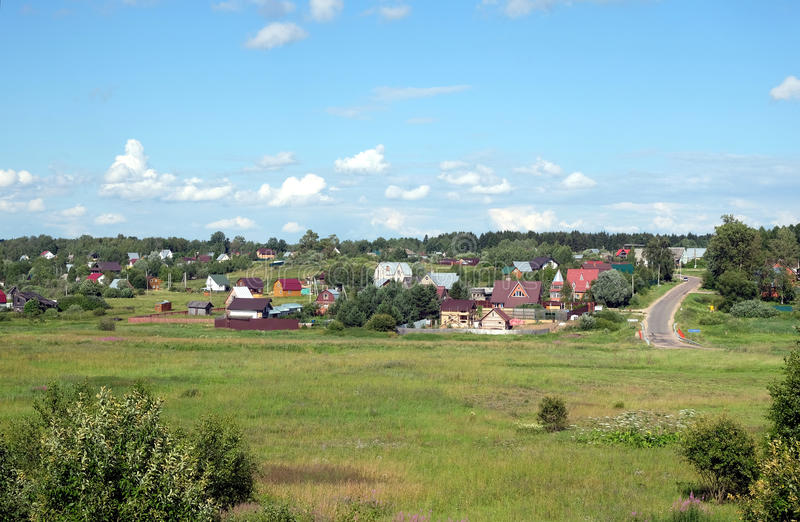 Paysage rural de campagne avec des maisons sur des collines images stock