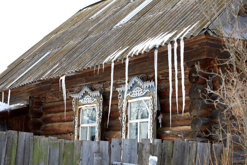 Paysage rural de la Russie Village d'hiver avec une maison et une forêt images stock