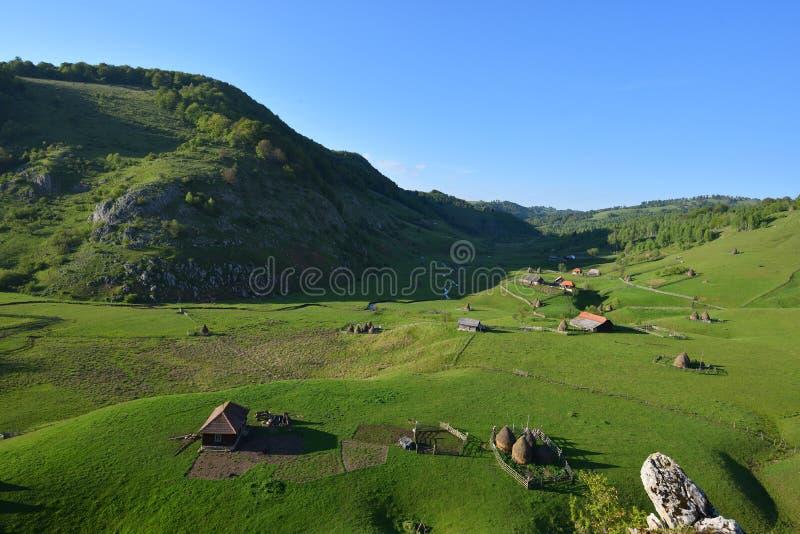 Paysage rural de montagne avec la vieilles maison et meules de foin contre le Cl photo libre de droits