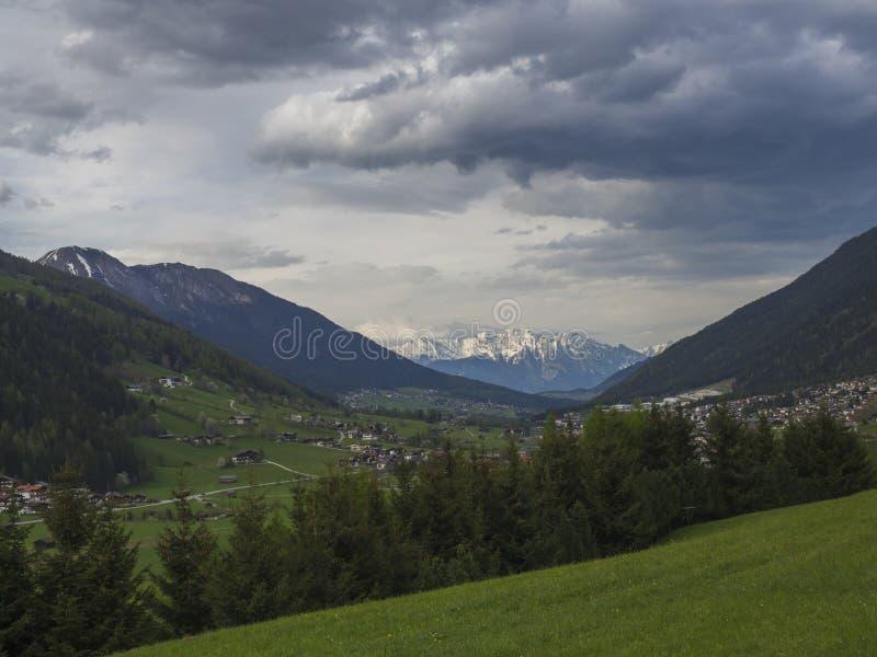 Paysage rural de montagne de ressort Vue au-dessus de vall?e de Stubaital Stubai pr?s d'Innsbruck, Autriche avec le village Neder image stock