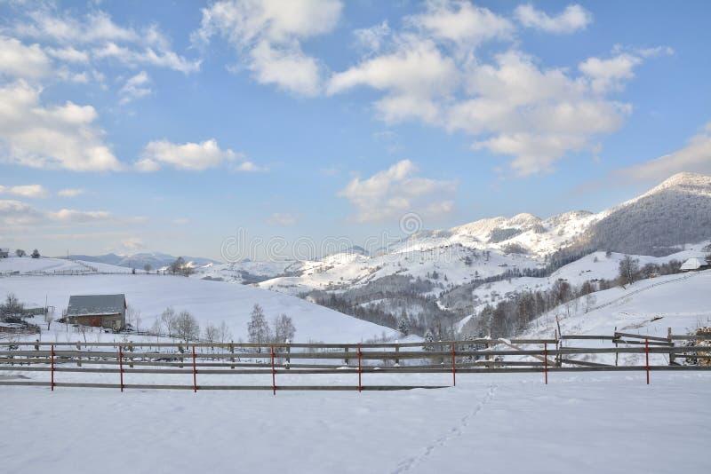 Paysage rural hivernal de montagne dans les vallées des montagnes de Bucegi dans le village de Magura photo stock