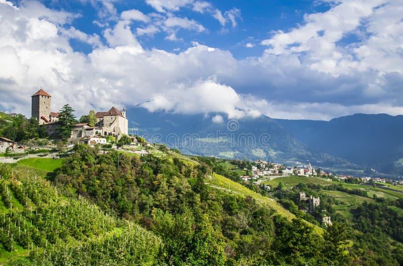 Paysage rural idyllique avec un château et des vignobles Le Tyrol du sud, Italie photos libres de droits