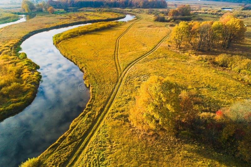 Paysage rural Pré avec la rivière d'en haut Pré avec des couleurs d'automne un jour ensoleillé Fond de chute image libre de droits