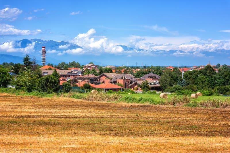 Paysage rural un beau jour d'été, campagne de la Toscane avec des montagnes d'Alpes et ciel nuageux bleu, Italie images libres de droits