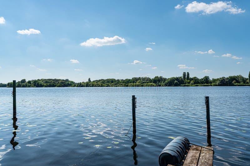 Paysage scénique à la rivière de Havel à Berlin sous le ciel bleu image libre de droits