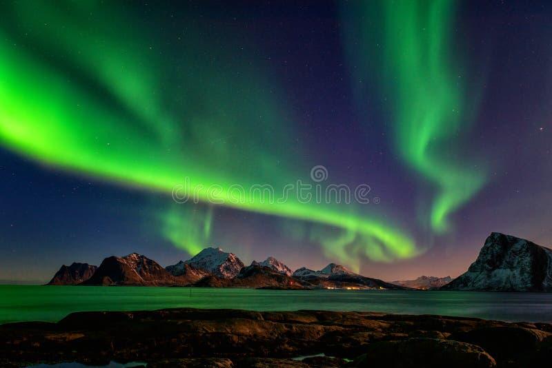 Paysage scénique d'hiver avec les lumières du nord, aurora borealis en ciel nocturne, îles de Lofoten, Norvège photos libres de droits