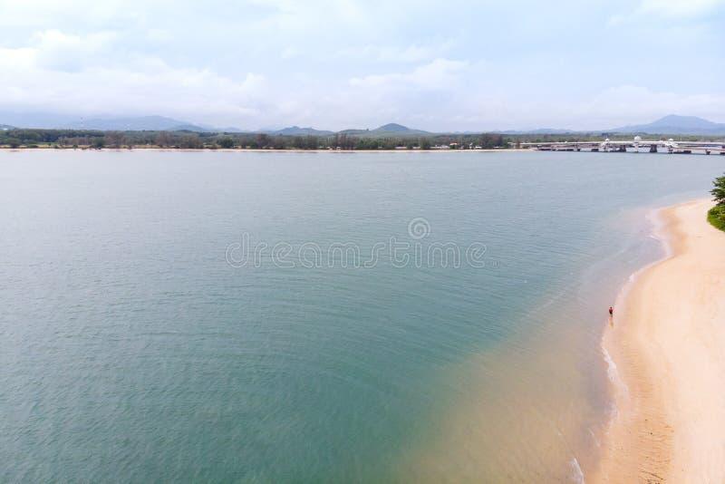 Paysage scénique de grand barrage de rivière et de réservoir avec la forêt de montagne et de nature photographie stock libre de droits