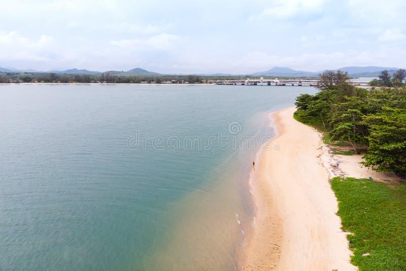 Paysage scénique de grand barrage de rivière et de réservoir avec la forêt de montagne et de nature photo stock