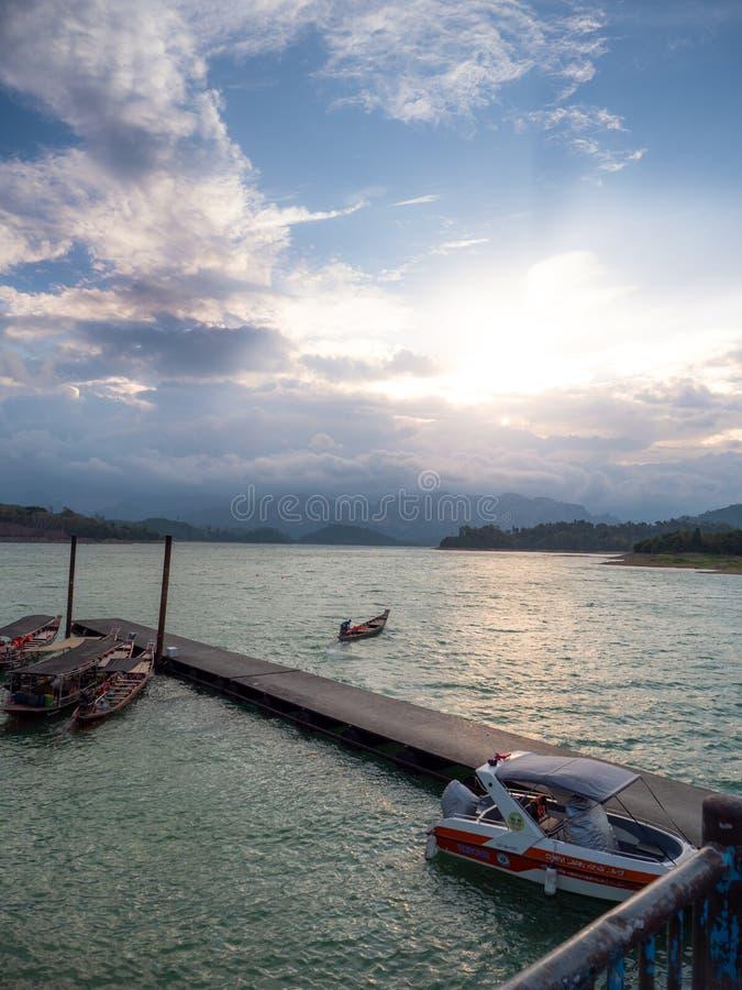 Paysage scénique de grand barrage de rivière et de réservoir avec la forêt de montagne et de nature photographie stock