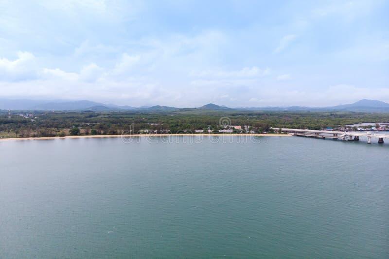 Paysage scénique de grand barrage de rivière et de réservoir avec la forêt de montagne et de nature image libre de droits