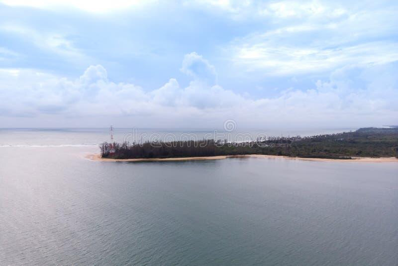 Paysage scénique de grand barrage de rivière et de réservoir avec la forêt de montagne et de nature photos stock