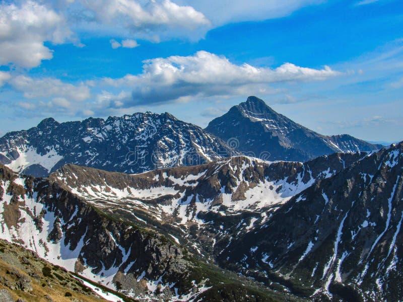 Paysage scénique de parc national de Tatra avec des montagnes dans la journée de printemps ensoleillée avec le village voisin de  photographie stock