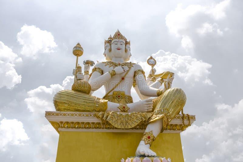 Paysage, statue, grand Brahma, sur le fond de blanc de ciel images libres de droits