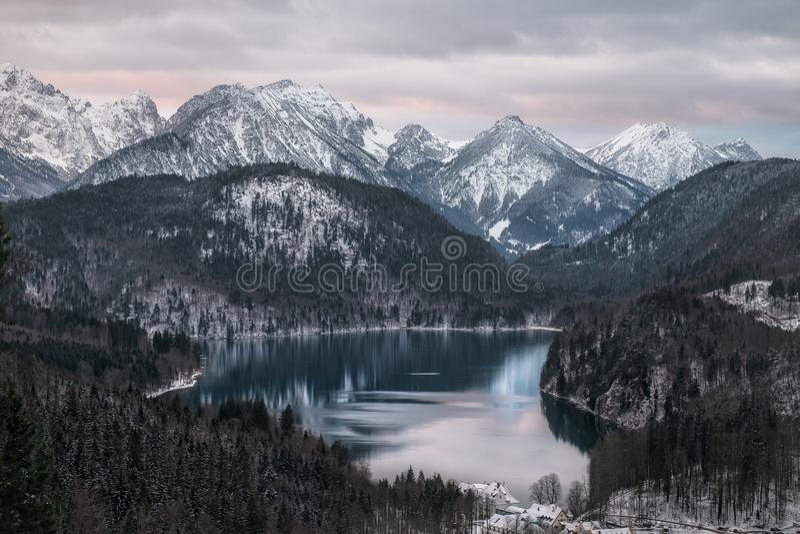 Paysage stupéfiant de lac alpin photos stock