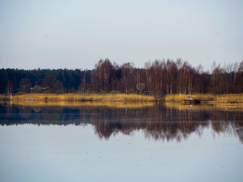 Paysage sur la rivière de Lielupe, en premier ressort en Lettonie photo stock