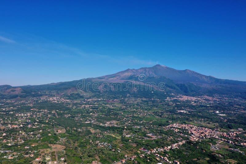 Paysage sur le volcan l'Etna vu de la ville photographie stock libre de droits