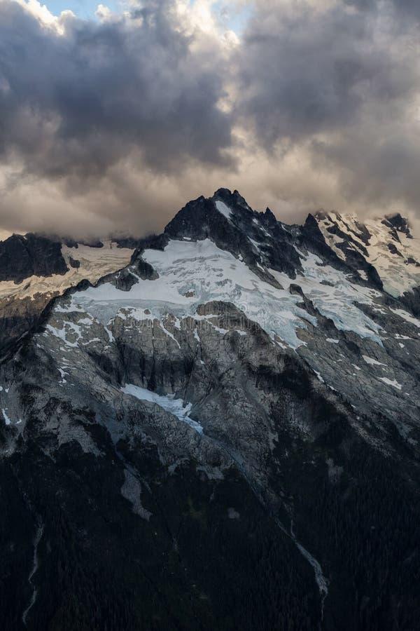 Paysage surréaliste de montagne photos stock