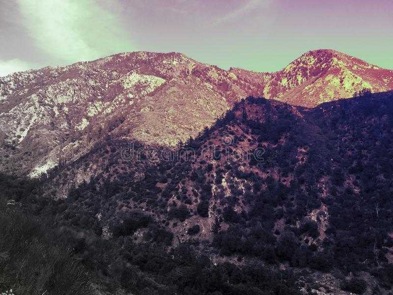 Paysage surréaliste de montagne d'imagination rocailleux images stock