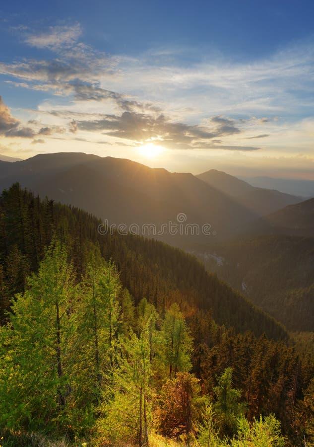 Paysage ?tonnant de montagne avec le coucher du soleil vif color? sur le ciel nuageux, fond ext?rieur naturel de voyage photos stock