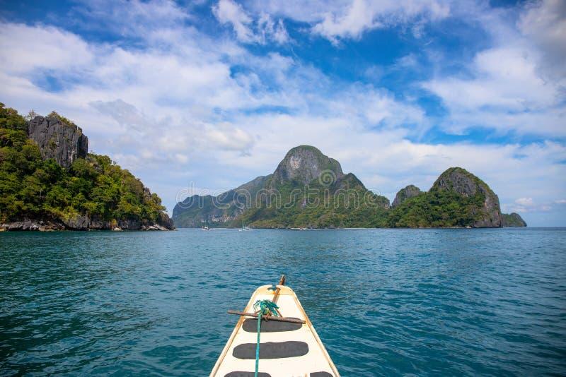Paysage tropical d'île et de mer Plate-forme de bateau en bois blanche sur le paysage marin immobile Vue verte d'îles photographie stock libre de droits