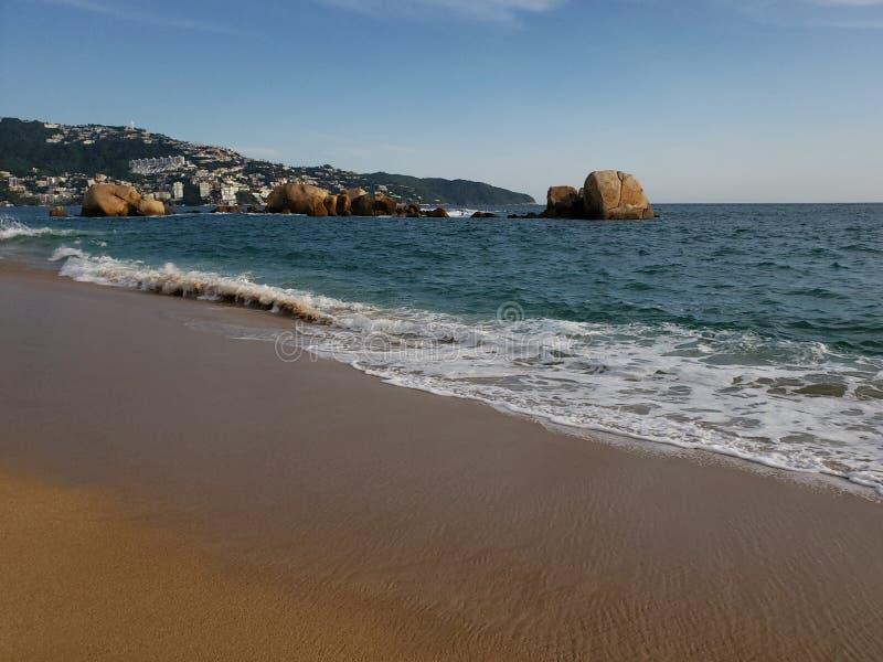 Paysage tropical de la plage d'Acapulco, Mexique le soir photos libres de droits