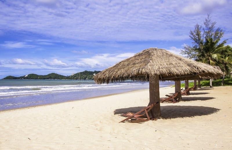 Paysage tropical de plage avec les chaises et le parapluie photographie stock