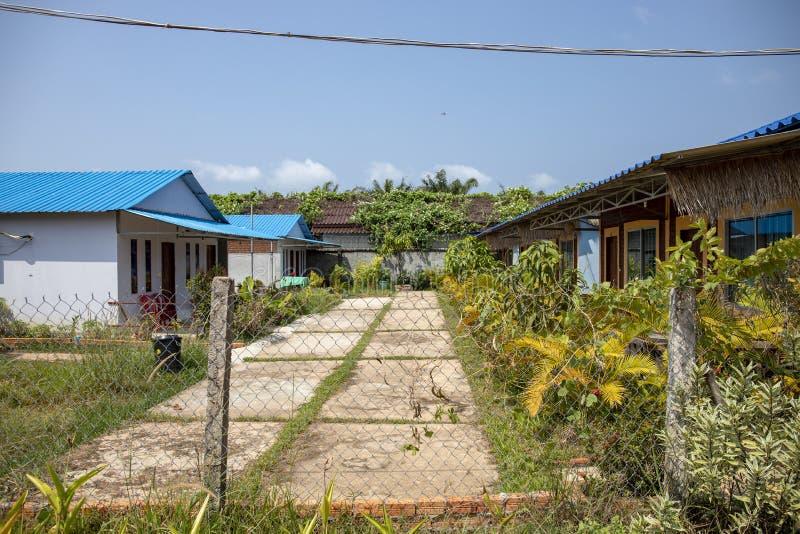 Paysage tropical ensoleillé avec la dépendance et le jardin Installation d'industrie du tourisme Hôtel simple pour le voyageur de photographie stock