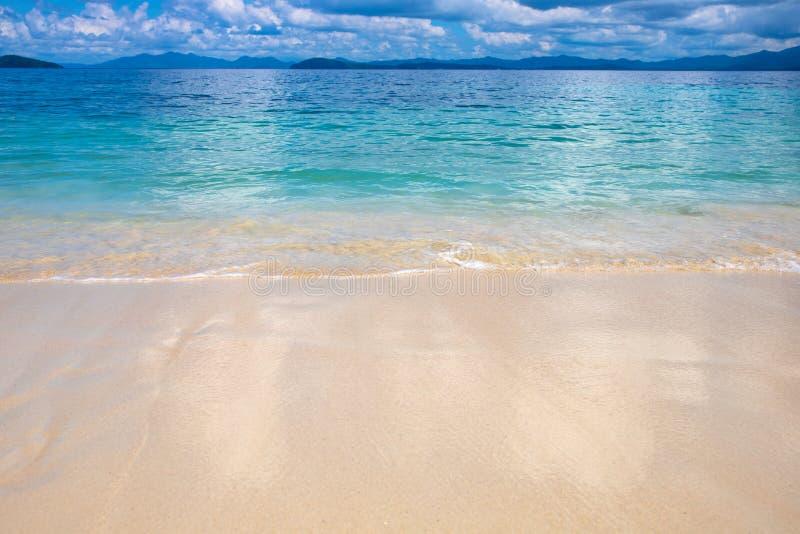 Paysage tropical idyllique avec de l'eau bleu à sable jaune plage et turquoise Calibre exotique de bannière de paradis d'île image stock