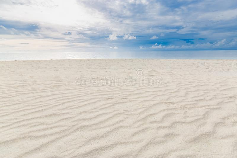 Paysage tropical nuageux Vue sur la plage avec sable et mer sous ciel couvert photographie stock libre de droits