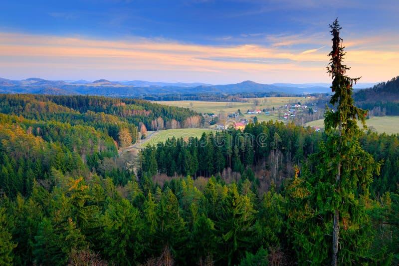 Paysage typique de forêt de Tchèque Collines et villages dans le matin d'été Vallée de chute de matin de parc de Bohème de la Sui photographie stock libre de droits