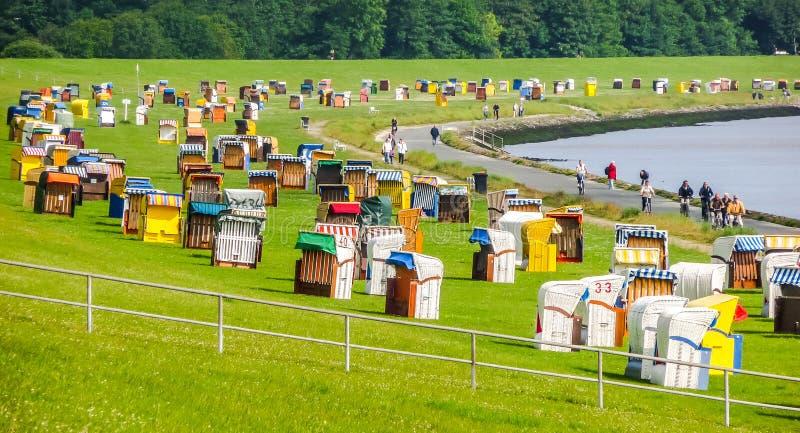 Paysage typique de plage de la Mer du Nord avec des chaises longues colorées, Cuxhaven, Allemagne image libre de droits