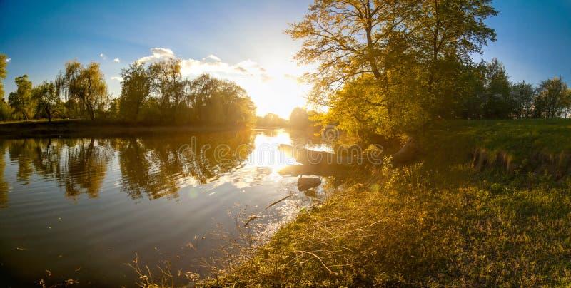 Paysage ukrainien de forêt et de rivière au coucher du soleil photo stock