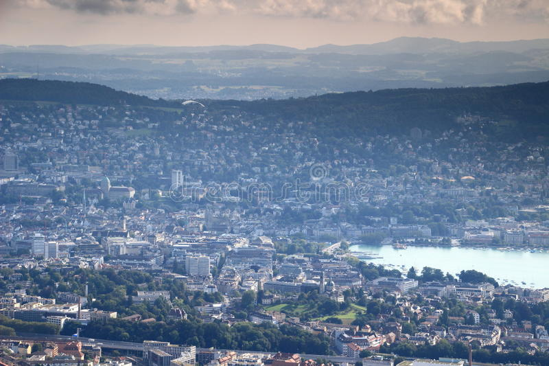 Paysage urbain aérien coloré de vieille ville de Zurich avec le lac Zurich images libres de droits