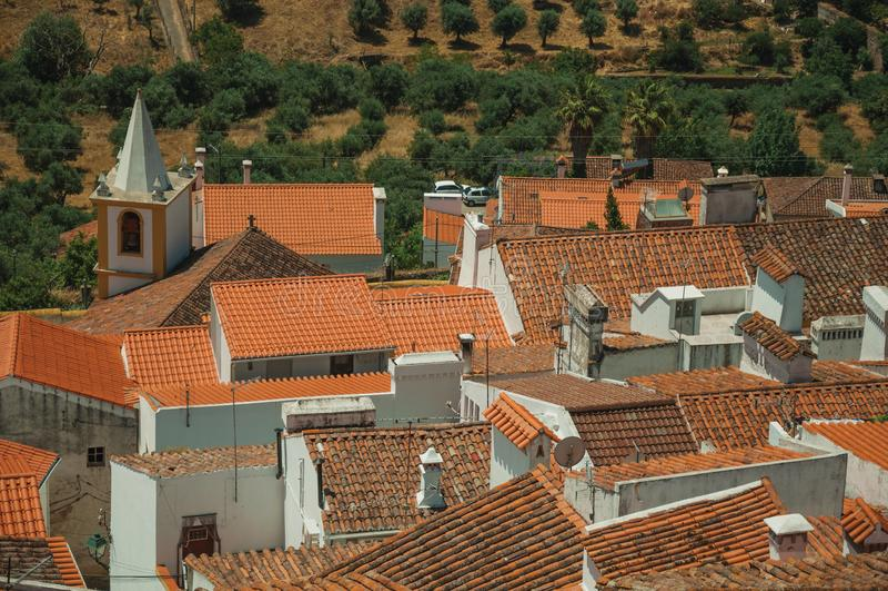 Paysage urbain avec beaucoup de dessus de toit, clocher et champs photo libre de droits