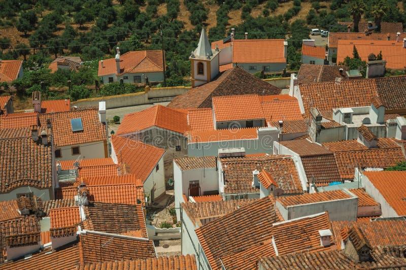 Paysage urbain avec beaucoup de dessus de toit, clocher et champs photos stock