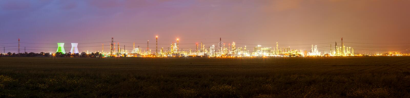 Paysage urbain avec des lumières de zone industrielle et de remorquage électrique photographie stock libre de droits