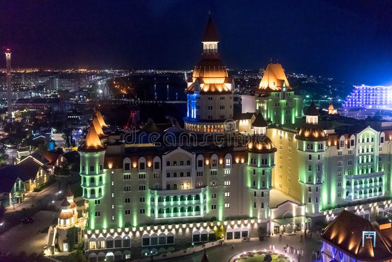 Paysage urbain avec des vues de l'éclairé avec le héros coloré d'hôtel de lumières image stock