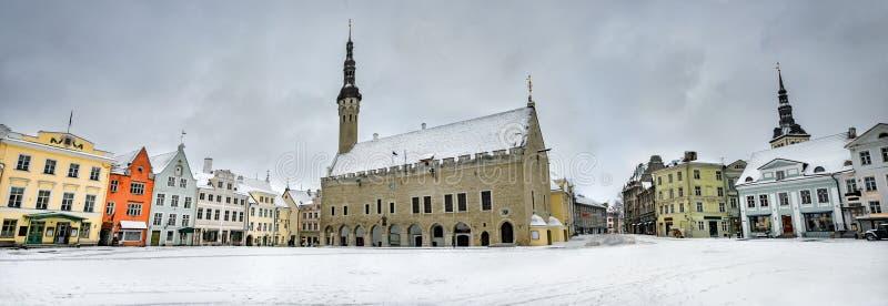 Paysage urbain avec hôtel de ville dans la place de Raekoja au crépuscule d'hiver Tallinn, Estonie image libre de droits