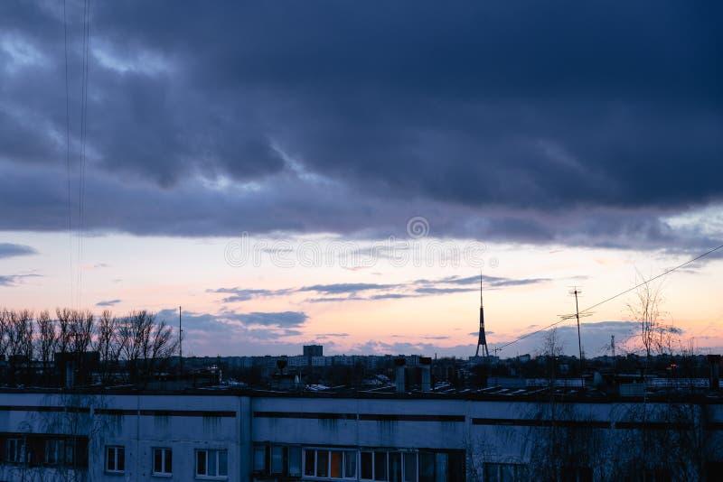 Paysage urbain avec l'aube vive varicolored merveilleuse Ciel bleu dramatique stupéfiant avec les nuages pourpres et violets au-d photos stock