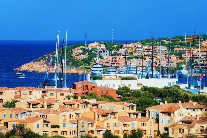 Paysage urbain avec la marina de luxe de yachts à Porto Cervo Sardaigne Italie photos libres de droits