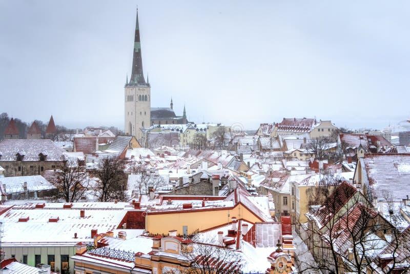 Paysage urbain avec la vieille ville médiévale, St Olaf Baptist Church, Tallinn, Estonie Belle vue d'hiver de grand image stock