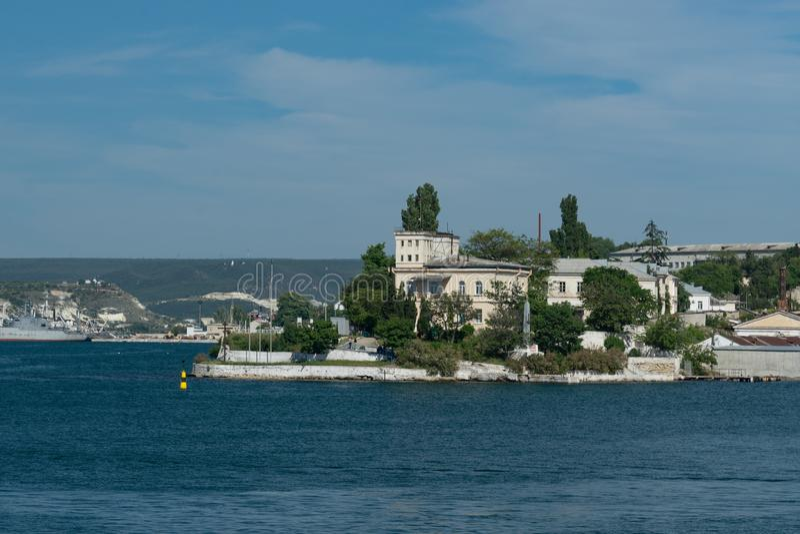Paysage urbain avec la vue de la mer et des vues photo stock