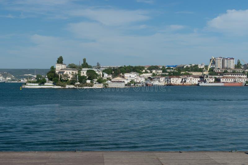 Paysage urbain avec la vue de la mer et des vues photos libres de droits