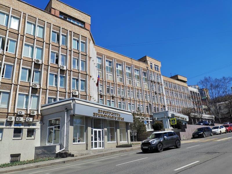Paysage urbain avec le b?timent du bureau de procureur de Primorsky Krai sur la rue de Fontannaya image libre de droits