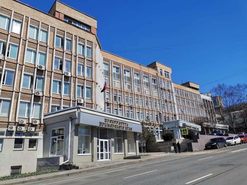 Paysage urbain avec le b?timent du bureau de procureur de Primorsky Krai sur la rue de Fontannaya images libres de droits