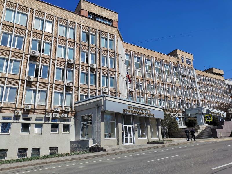Paysage urbain avec le b?timent du bureau de procureur de Primorsky Krai sur la rue de Fontannaya photos libres de droits