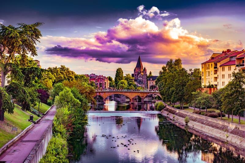 Paysage urbain avec le temple Neuf à Metz image stock