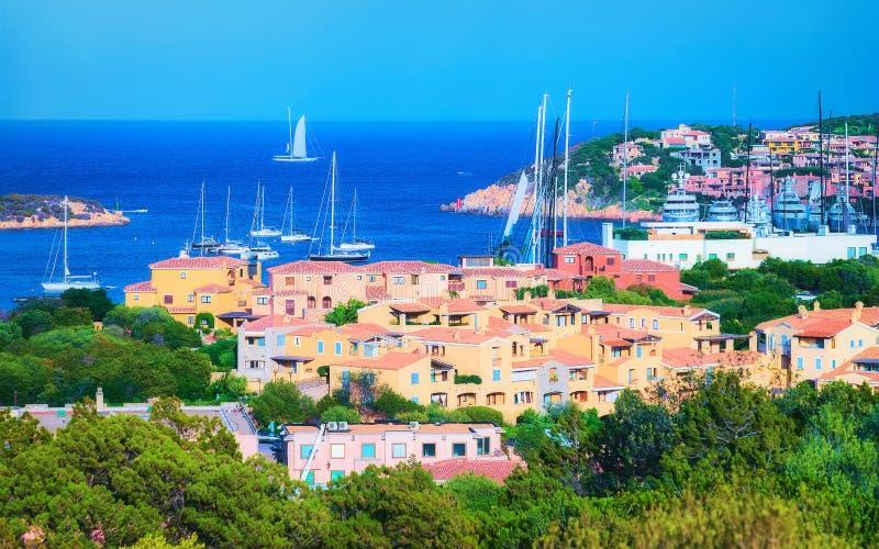 Paysage urbain avec les yachts de luxe à la marina dans le Sardina de Porto Cervo photos libres de droits
