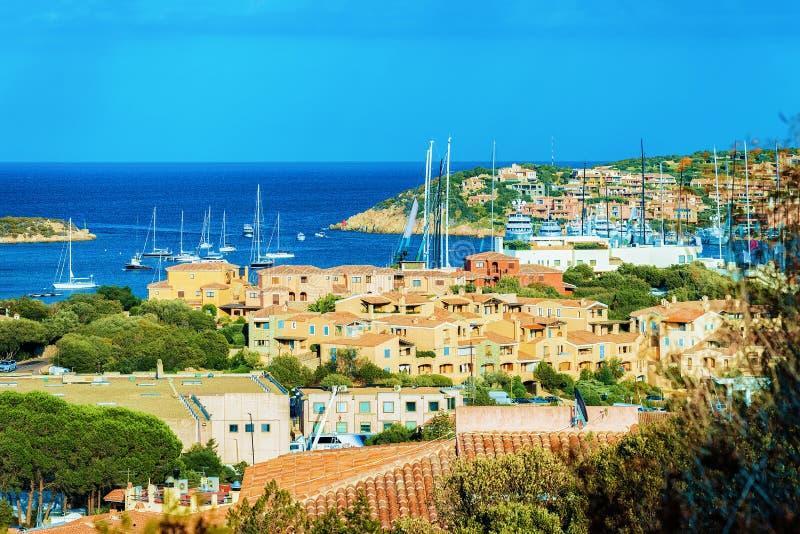 Paysage urbain avec les yachts de luxe à la marina Porto Cervo Sardaigne Italie image libre de droits