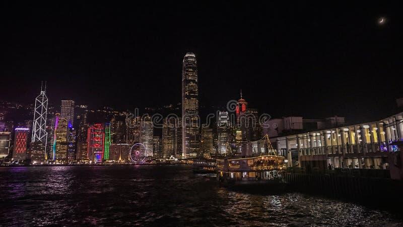 Paysage urbain, bâtiment et ferry-boat de Hong Kong près de rivière de Victoria photographie stock libre de droits